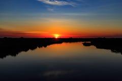 Solnedgång på floden med härlig himmel Royaltyfria Bilder