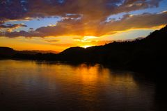 Solnedgång på floden Santo Antonio i Minas Gerais, Brasilien royaltyfri foto