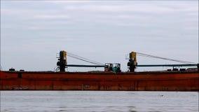 Solnedgång på floden Severnaya Dvina i vinter under frysning-upp Lastfartyget med kranar står på floden Severnaya Dvina, Ryssland arkivfilmer