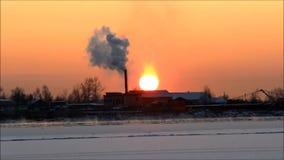 Solnedgång på floden Severnaya Dvina i vinter under frysning-upp Lastfartyget med kranar står på floden Severnaya Dvina, Ryssland stock video