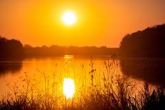 Solnedgång på floden, solkatt i water_en arkivbild