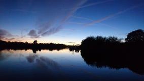 Solnedgång på floden Trent royaltyfri bild