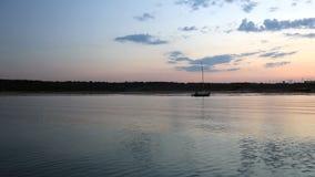 Solnedgång på floden Video skytte från fartyget lager videofilmer