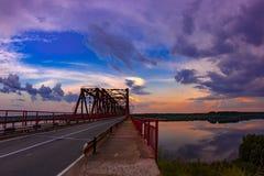 Solnedgång på floden Vychegda Ryssland republiken av Komi Royaltyfria Bilder