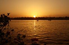 Solnedgång på flodNilen arkivbild