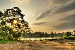 Solnedgång på flodstranden Royaltyfri Fotografi