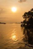 Solnedgång på flodstranden Royaltyfri Foto