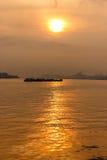 Solnedgång på flodstranden Royaltyfria Bilder