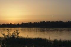 Solnedgång på floduniversitetsläraren i sommaren, Ryssland Royaltyfria Foton