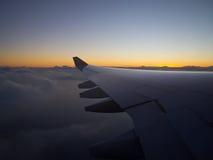 Solnedgång på 33.000 fot arkivbilder