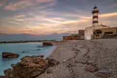 Solnedgång på fyren - Ortona sullacosta Adriatica royaltyfria bilder