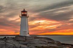 Solnedgång på fyren på lilla viken för Peggy ` s nära Halifax, Nova Scot royaltyfria bilder