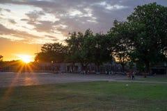 Solnedgång på fyrkanten arkivfoto