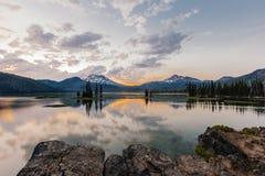 Solnedgång på gnista sjön Arkivbilder