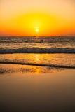 Solnedgång på GOA stranden arkivfoto