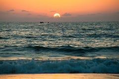 Solnedgång på GOA stranden fotografering för bildbyråer