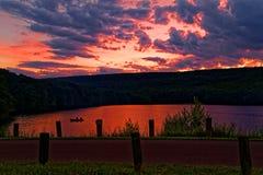 Solnedgång på gräshoppa sjödelstatsparken Arkivfoto
