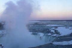 Solnedgång på hästskonedgångar i Niagara Arkivfoto
