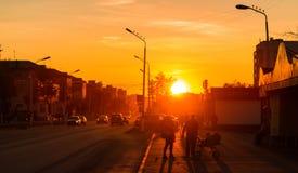Solnedgång på hållplatsen Arkivbilder