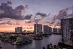 Solnedgång på höga löneförhöjningandelsfastigheter i Miami Beach Florida Royaltyfri Bild