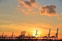 Solnedgång på hamnen Arkivbild