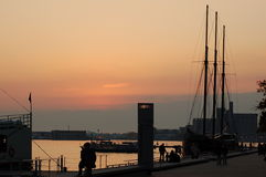 Solnedgång på Harbourfront Arkivbilder