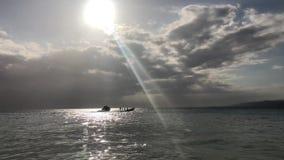 Solnedgång på hav Segelbåt på solnedgången arkivfilmer