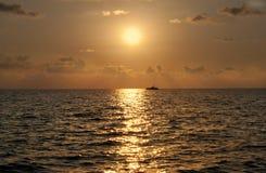 Solnedgång på havet royaltyfri foto