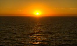 Solnedgång på havet arkivbilder