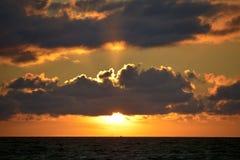 Solnedgång på havet i Brittany Arkivbilder