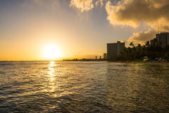 Solnedgång på havet i Waikiki Royaltyfria Bilder