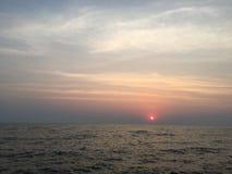 Solnedgång på havet Ljus sol på himmel sätta på land vulkaniska hawaii Arkivfoton