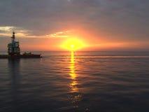 Solnedgång på havet med den olje- plattformen - timelapse lager videofilmer