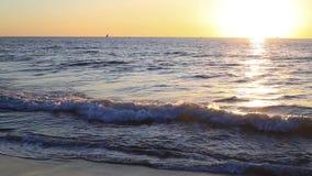 Solnedgång på havet med ligjt arkivfilmer