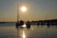 Solnedgång på havet, yachter Arkivfoton