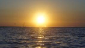 Solnedgång på havskusten Arkivbilder