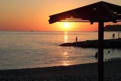 Solnedgång på havskusten Arkivbild