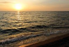 Solnedgång på havsstranden Arkivbild