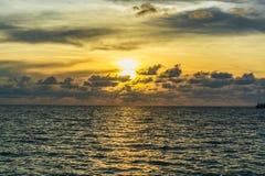 Solnedgång på havsstranden på den Lipe ön i Thailand Arkivbild
