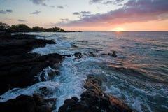Solnedgång på Hawaii den stora ön Royaltyfri Bild