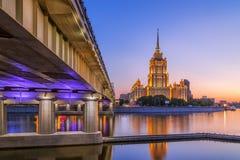 Solnedgång på hotellet Ukraina i Moskvanatt Royaltyfria Bilder