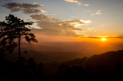 Solnedgång på Huai Nam Dang Thailand Royaltyfria Bilder