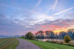 Solnedgång på a i Lemmer i Nederländerna royaltyfria bilder