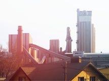 Solnedgång på industriell bakgrund för cementfabrik royaltyfria foton