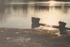 Solnedgång på inloggning sjön Arkivfoto