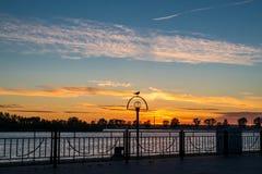 Solnedgång på invallningen Royaltyfri Bild