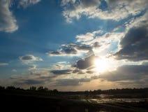 Solnedgång på jordbruk Arkivfoton