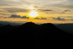 Solnedgång på Khao Chang Puak, Kanchanaburi, Thailand Arkivfoton