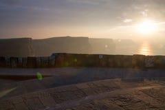 Solnedgång på klippor av Moher Royaltyfri Bild