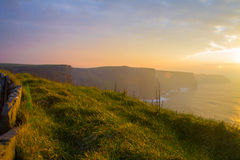 Solnedgång på klippor av Moher Arkivbilder